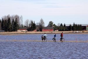 Päyräilijät tulvapellolla Ilmajoki Nikkola
