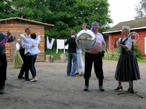 Tukkijoella yleiso tanssii