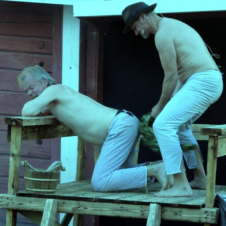 Tulitikkuja lainaamassa Pojat saunoo
