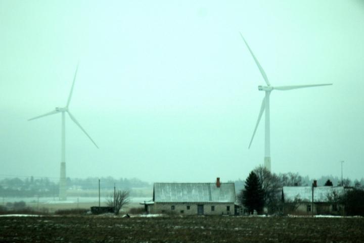 Tuulimyllyt asutuksen keskellä