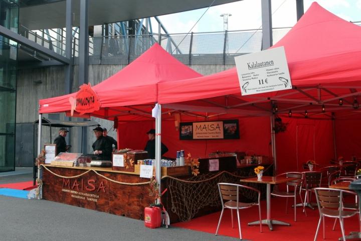Tamperelainen Juhlaravintola Maisa oli jalkautunut markkinoille ja pystyttänyt viihtyisimmän ravintolateltan. Sinne siis syömään.