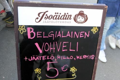 Belgialainen vohveli Isoäidin jäätelötehtaan jäätelöllä ja muilla lisukkeilla oli nautinto. Tämä siis Café Citikasta.