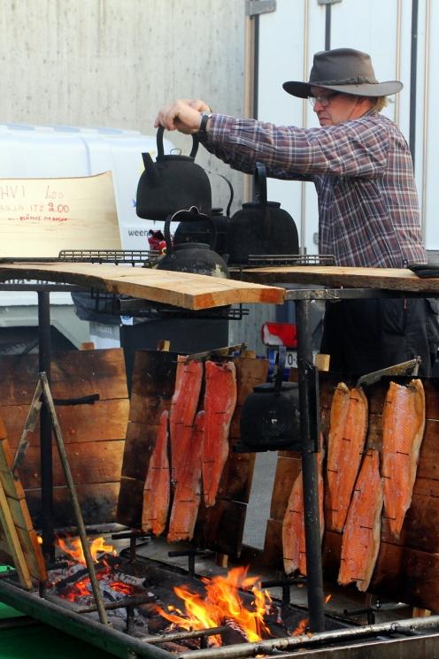 Saarijärveläinen RoppiLax tarjoaa lohen loimutuksen ja nokipannukahvien lisäksi myös koskielämyksiä ja maalaisidylliä.